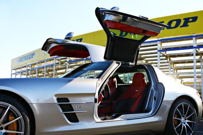 【意外と知らない】スーパーカーが採用する跳ね上げドアのメリットとは?