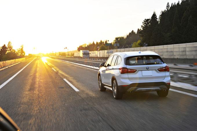 【イラッ!】高速で左車線がガラガラなのに右車線を走り続けるクルマの対処法