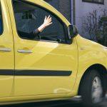 【今さら聞けない】右車線での右ウインカーなど運転中に使われる合図5選