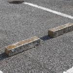 【画像】【噂の真相】駐車場の車止めにタイヤを当てて停めないほうが良いってホント?