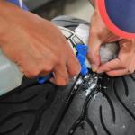 【画像】クルマのタイヤのパンクは前輪より後輪のほうが多いって本当?