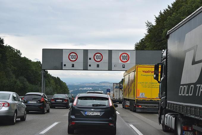 高速道路の大型トラック