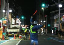 年度末によく遭遇する交通誘導員と信号はどちらを守ればいい?