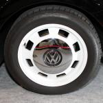 【画像】木目調のレトロなビートルに女性も興奮! VWが2台のコンセプトカーを出展【大阪オートメッセ2018]