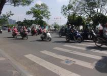 毎日が命がけでの道路横断! 信号もなければ歩行者優先もないベトナムの道路事情