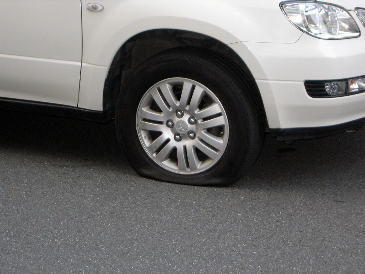 パンクしていないのにクルマのタイヤの空気圧が自然と下がる理由とは?