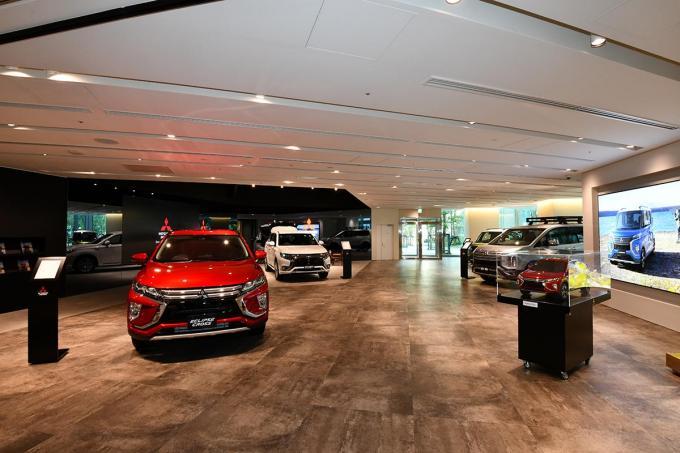 三菱自動車の新しい本社ショールームがオープン! カフェも併設したオシャレな空間を演出