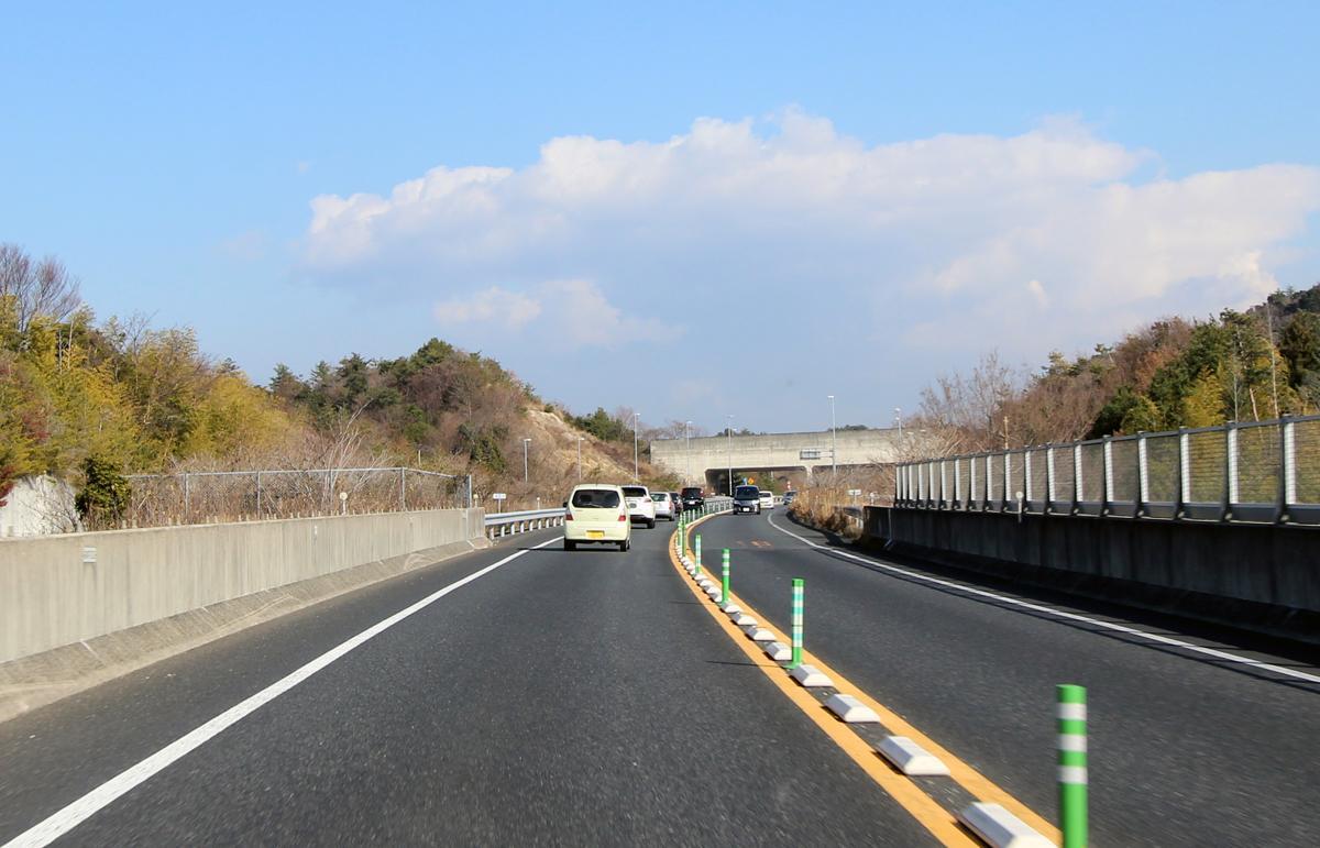 対面通行の高速道路の危険