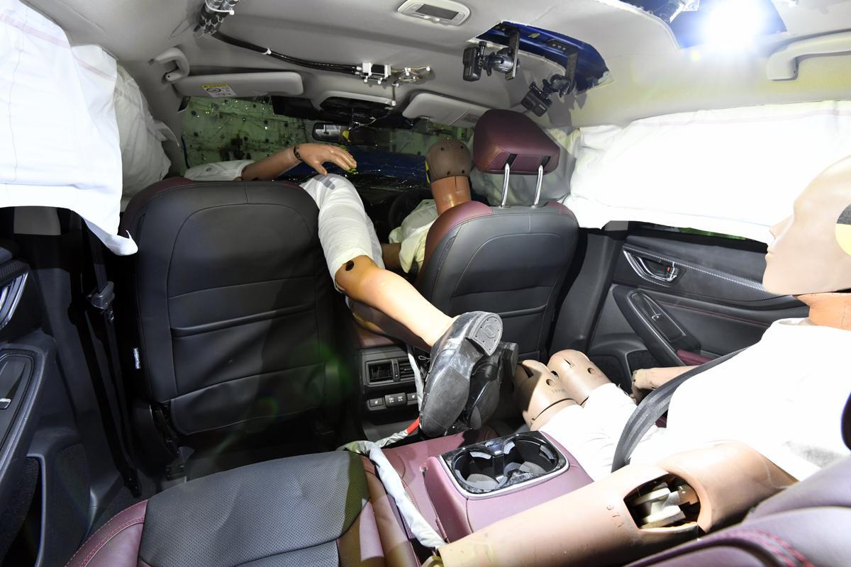 オフセット衝突実験後のスバル・レヴォーグの車内