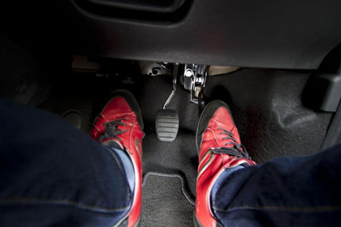 MT乗りは湿度の高い「梅雨」や「夏」の「クラッチ」に要注意! 「切れなくなる」3つの要因とは