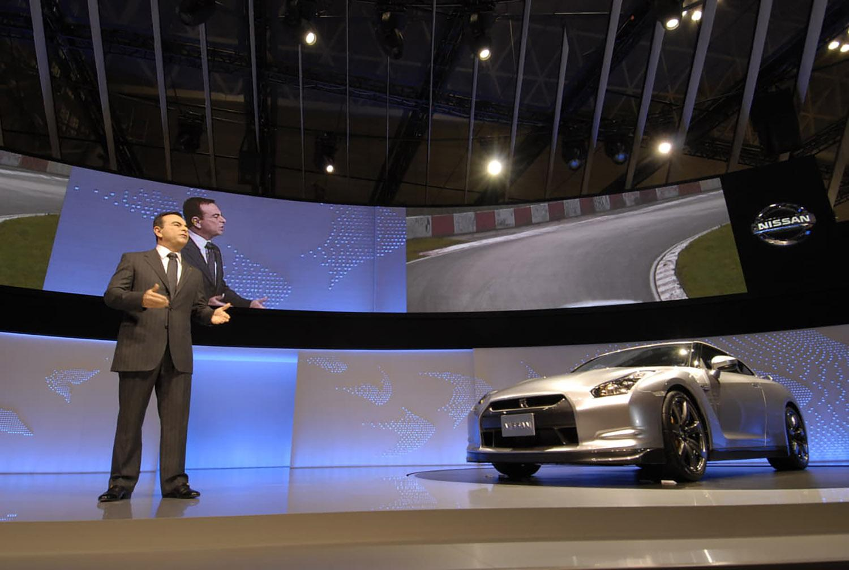 R35型日産GT-Rを発表する当時の日産社長カルロス・ゴーン