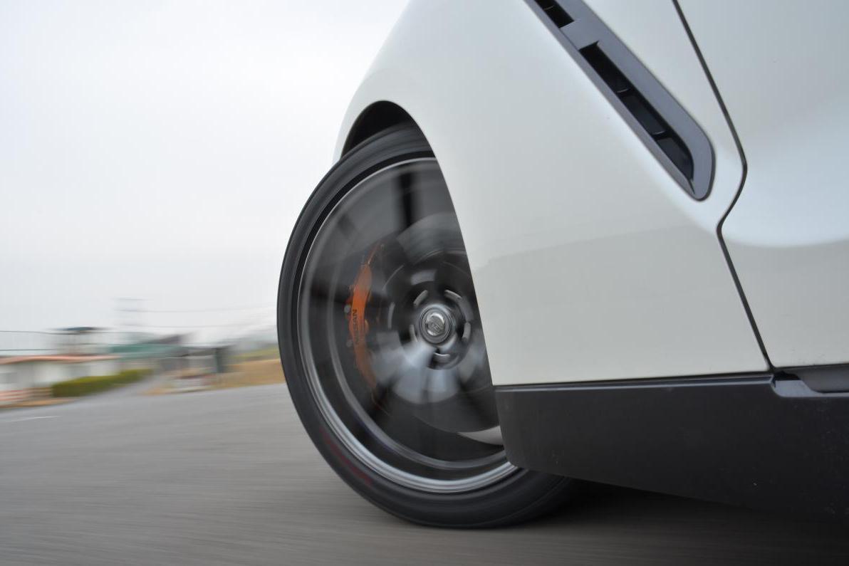 激しい運転をしている時のタイヤのイメージ